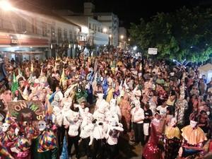 Segfundo dia de Carnaval em Oliveira teve desfile do bloco Cain'água (Foto: Anna Lúcia Silva/ G1)