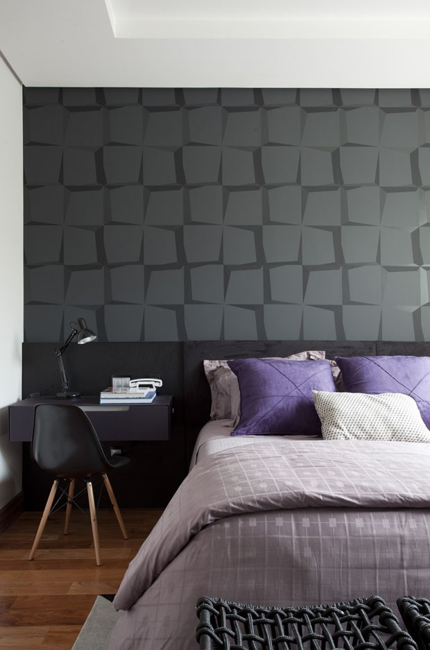 Décor do dia: tons de roxo e preto no quarto de casal (Foto: Marco Antonio/Divulgação )