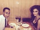 Nicole Scherzinger usa look decotado para jantar com Lewis Hamilton