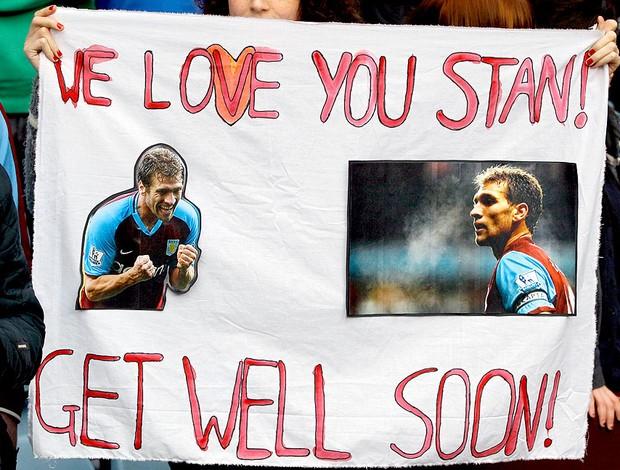 torcida do Aston Villa com faixa de apoio para Stiliyan Petrov  (Foto: AP)