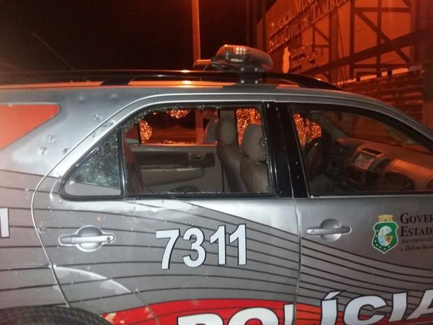 Carro da polícia foi metralhado pelos criminosos (Foto: Arquivo Pessoal)