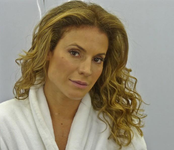 Maíra Charken mostra resultado da maquiagem para o 'Vídeo Show' (Foto: Brunella Menezes / Gshow)