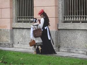 Laura chega ao colégio e não percebe nada (Foto: Lado a Lado/TV Globo)
