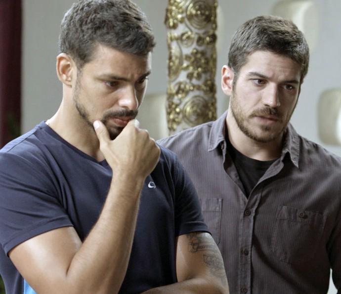 Dante e Juliano aguardam chegada de Zé Maria (Foto: TV Globo)