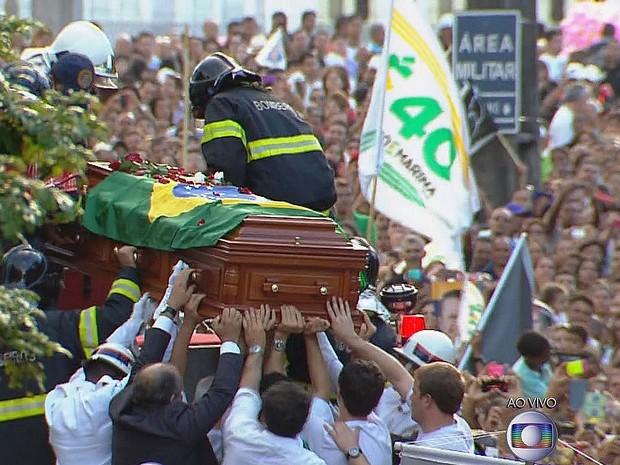 Caixão levando corpo de Eduardo Campos é colocado sobre carro do Corpo de Bombeiros (Foto: Reprodução / TV Globo)