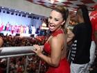 Viviane Araújo usa vestido decotado em ensaio de escola de samba