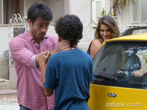 João Luiz dá as últimas orientações ao filho (Foto: Malhação / TV Globo)