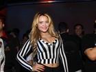 Geisy Arruda usa calça ousada para curtir a noite paulista