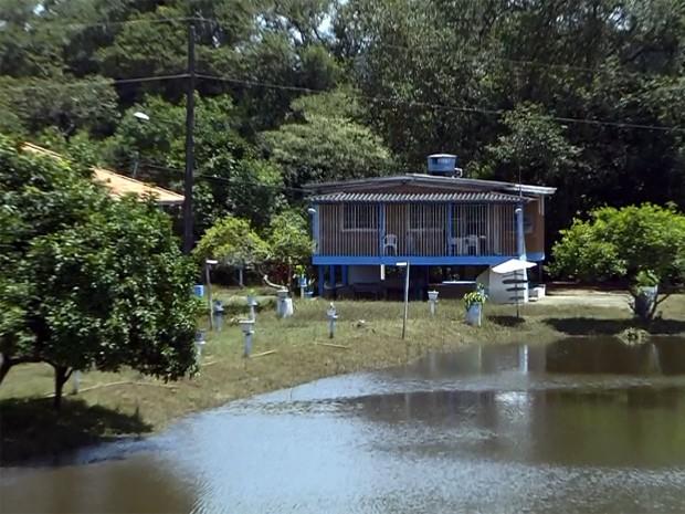 Cheia do Rio Sapucaí faz águas chegarem próximo a casas em São Sebastião da Bela Vista (Foto: Reprodução EPTV)