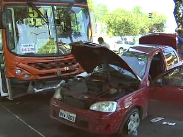 Veículos colidiram no cruzamento da Avenida Silves com a Carvalho Leal (Foto: TV Amazonas/Reprodução)