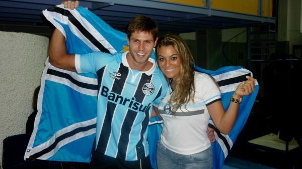 Ex-BBB Jonas e Monique em evento do Grêmio (Foto: Twitter/ Reprodução)
