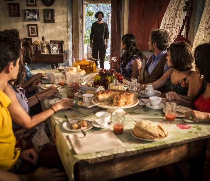 Miguel chega de surpresa na casa de Santo (Foto: Inácio Moraes/ Gshow)