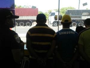 Suspeitos de estelionato presos pela PRF (Foto: Divulgação/PRF)