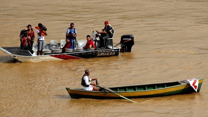 Durante a Catraiada, Lô é acompanhado de perto pela imprensa (Foto: João Paulo Maia)