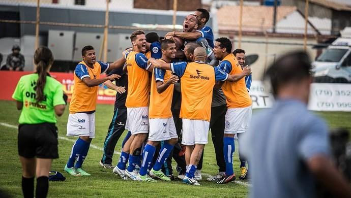 Elenco do Confiança comemora gol no primeiro jogo da final do Sergipão 2015 (Foto: Filippe Araújo)