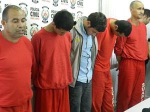 Suspeitos de matar agricultores do MLST são apresentados pela polícia (Foto: Felipe Santos/G1)