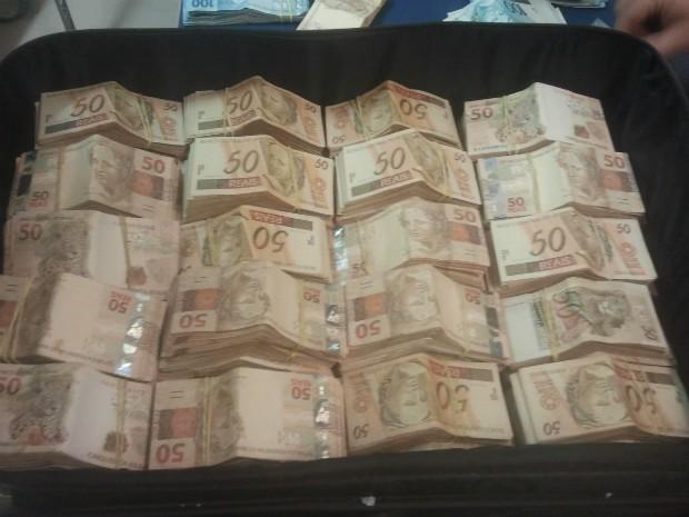Dinheiro estava escondido na bagagem da mulher (Foto: Adolfo Lima/ TV TEM)