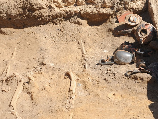 Ossos e vasos de cerâmica são vistos em tumba samnitas do século 4, nas ruínas de Pompeia, na Itália, na segunda (21) (Foto: AFP Photo/Mario Laporta)