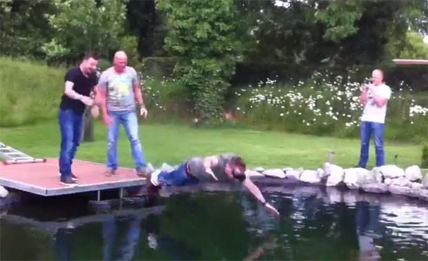 Grupo fez pegadinha com noivo ao montar falso salto de bungee jump na Holanda (Foto: Reprodução/YouTube/Raymond Kockelkoren)