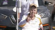 Zagallo emociona levando a tocha em cadeira de rodas na orla do Rio
