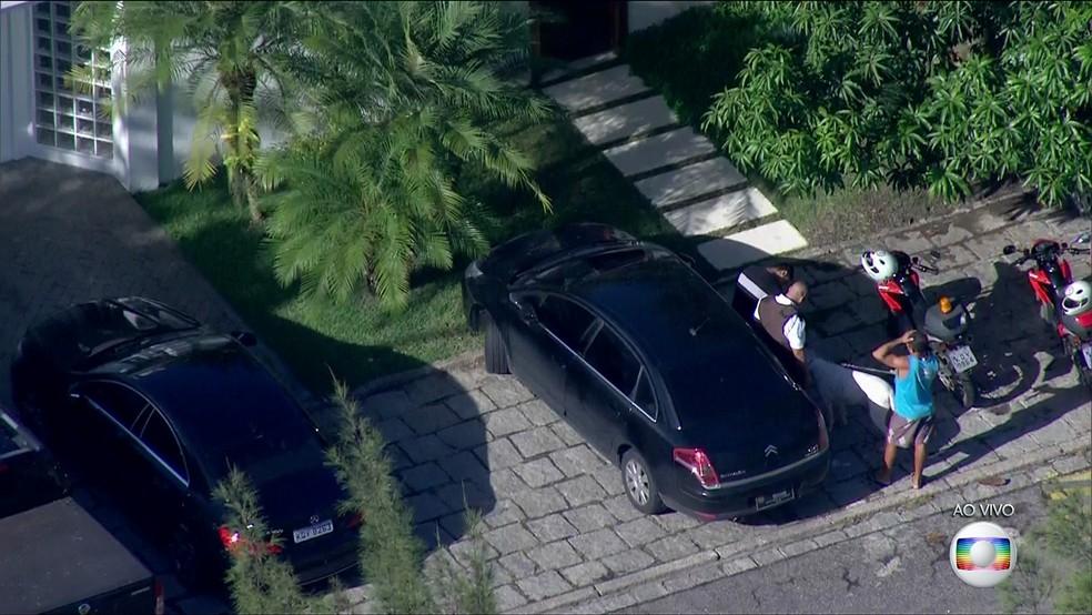 Carro do Ministério Público no condomínio onde vive Jorge Picciani (Foto: Reprodução/ TV Globo)