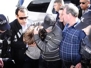 Patricia Moreira chega à delegacia em Porto Alegre (Foto: Ronaldo Bernardi/Agência RBS)