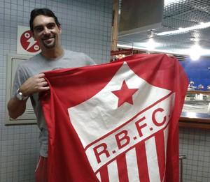 No aeroporto de Rio Branco, Giba tira foto com a bandeira do Estrelão (Foto: Ytalo Holanda/Arquivo pessoal)