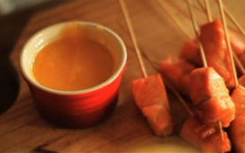 Gastronomismo ensina: espetinhos de salmão ao molho de tangerina