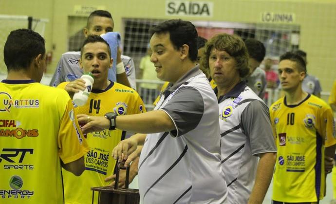 Técnico Ivan Gomes orienta São José Futsal (Foto: Divulgação/ Quarttus Marketing)