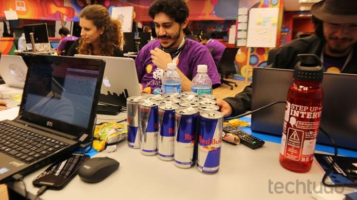 Montanha de energético! Haja fôlego para se manter acordado no Hackathon Globo (Foto: Isabela Giantomaso / TechTudo)