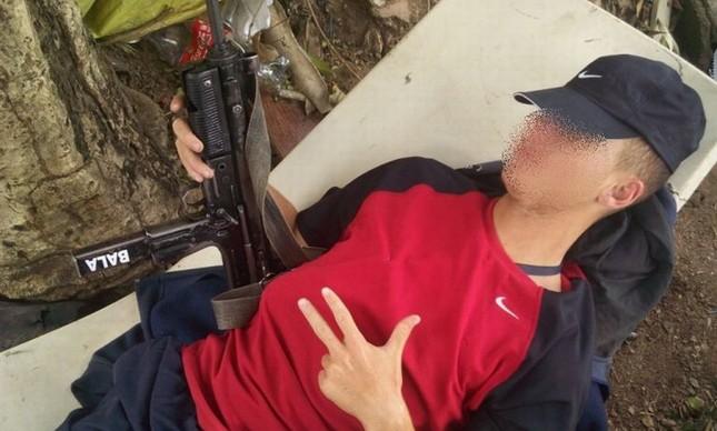 Jovem portando armamento pesado se exibe em seu Facebook  (Foto: Reprodução Facebook)