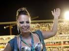 Após brilhar como rainha de bateria, Vivi assiste a desfiles na Sapucaí