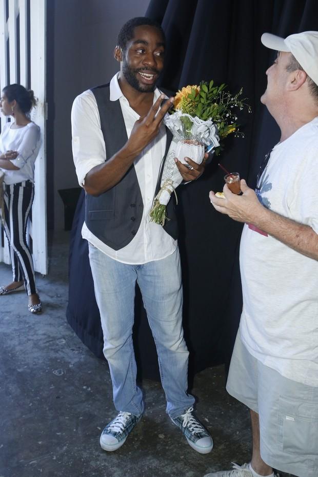 Lázaro Ramos segura buquê de  flores  (Foto: Agnews/Roberto Filho)
