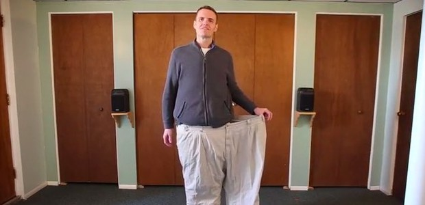 Brian Flemming em sua antiga calça número 62, de quando era obeso mórbido (Foto: Reprodução)