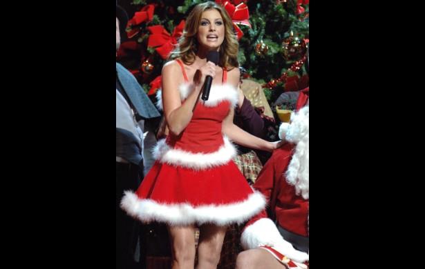 A cantora Faith Hill, intérprete da música 'Where Are You Christmas', parte da trilha sonora do filme 'O Grinch' (2000), se vestiu de Mamãe Noel num show em novembro de 2005. (Foto: Getty Images)