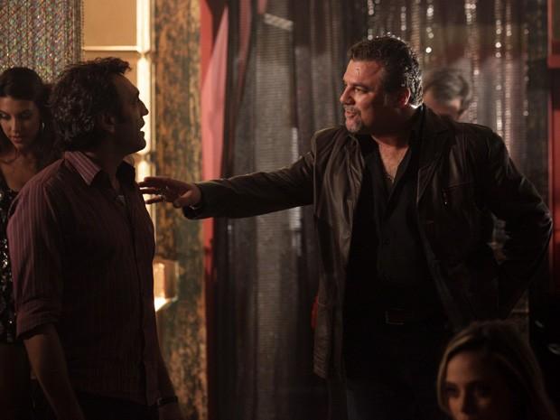 Desconfiado, Russo faz Zyah entrar na boate (Foto: Salve Jorge/TV Globo)
