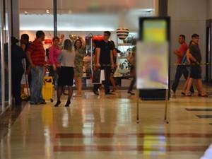 Algumas áreas do shopping tiveram que ser isoladas para evitar riscos de acidentes com clientes (Foto: Walter Paparazzo/G1)