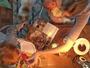 Supermãe: Carol Trentini amamenta caçula e dá comida ao filho mais velho