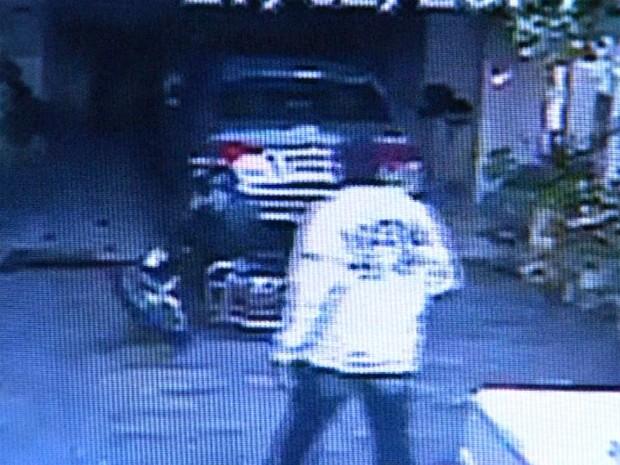 Imagem mostra momento em que ladrão invade casa em Franca (SP) e rende mulher que estava em moto  (Foto: Reprodução/EPTV)
