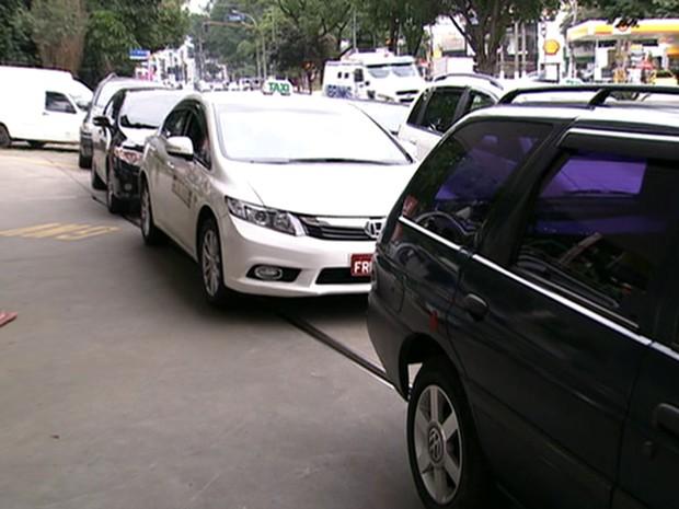 Posto de combustíveis vende gasolina pela metade do preço e motoristas fazem fila em SP (Foto: Reprodução TV Globo)
