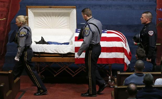 Policiais passam pelo caixão do cachorro Kye durante seu funeral nos EUA (Foto: Sue Ogrocki/AP)