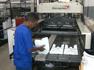 Fábrica recicla sacolas plásticas em Guarabira, no Agreste da Paraíba (Foto: Wellington Campos/TV Cabo Branco)