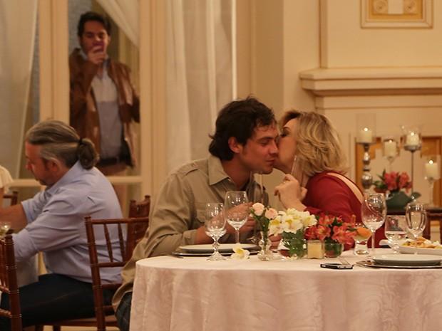Pepito fotografa o jantar de Caíque e Samantha (Foto: Maria Clara Lima/Gshow)