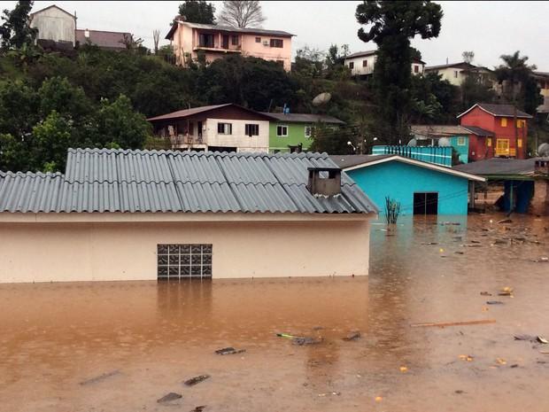 Em Iraí, algumas casas da área mais baixa da cidade e um balneário do município estão inundados (Foto: Eder Calegari/RBS TV)