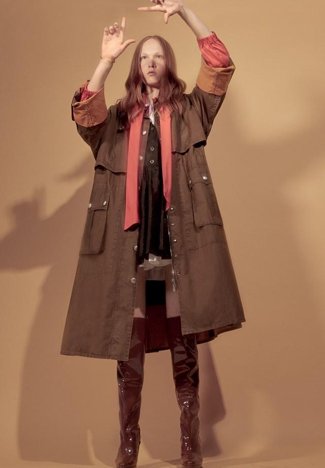 Catarina Brand usa parka e vestidos sobrepostos, tudo Miu Miu; jaqueta, R$ 3.100, Carolina Herrera. Bracelete, R$ 6.720, Priscila do Vale; botas, Lacoste (Foto: Gil Inoue)