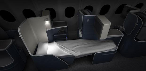 Poltronas da classe executiva que se transformam em camas privativas (Foto: Divulgação)
