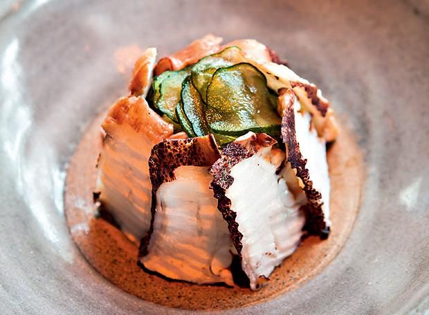 Salada de polvo, cortado em lascas, servida com conserva de pepino, é regada com molho demissô (Foto: Lufe Gomes/Editora Globo)