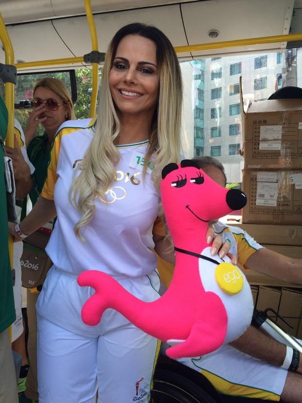 Viviane Araújo posando com o mascote do EGO na Olimpíada  (Foto: Rafael Godinho / EGO)