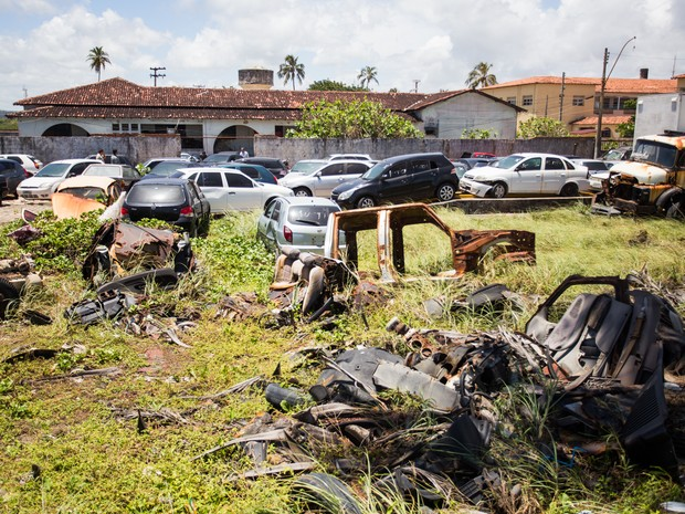 'Cemitério de veículos' chama atenção na Delegacia de Roubos e Furtos de Carros. (Foto: Jonathan Lins/G1)