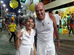 Dona Iara Reis, de 85 anos, foi acompanhada do filho, Freddy Reis  (Foto: Alan Oliveira/G1)